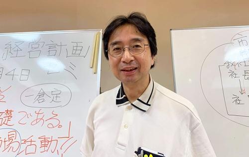 """<span class=""""fontBold"""">山本敏彦氏</span><br> 1961生まれ。90年税理士試験合格後開業、山田淳一郎グループの公認会計士事務所に勤務し、資産税を中心に活動。佐渡に帰り独立開業し、近年は一倉式経営計画の講師として研修を行っている。昨年立ち上げた一倉定研究会では、ユーチューブに<a href=""""https://bit.ly/32P0H6X"""" target=""""_blank"""" class=""""textColRed"""">「一倉定チャンネル」</a>を開設。「マネジメントへの挑戦・復刻版発刊記念Zoomセミナー」に続いて、「一倉定の経営心得とドラッカーを学ぶZoomセミナー」を公開。『一倉定の経営心得』(日本経営合理化協会出版局)をもとに104項目の解説を順次アップしている。"""