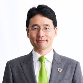 "<span class=""fontBold"">出雲充(いずも・みつる)</span><br />ユーグレナ社長 1980年生まれ。東京大学農学部卒。2002年、東京三菱銀行入行。2005年8月、ユーグレナを創業。同年12月、微細藻類ユーグレナ(和名:ミドリムシ)の食用屋外大量培養に世界で初めて成功。起業を志すきっかけとなったのは、東京大学に入学した1998年、インターンシップで訪れたバングラデシュで「日本では出会うことのない、しかし世界に確実に存在する本当の貧困」と出会い、衝撃を受けたこと。ユーグレナ由来のバイオ燃料の開発などでも注目を集める。"