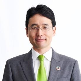 "<span class=""fontBold"">出雲充(いずも・みつる)</span><br />ユーグレナ社長<br />1980年生まれ。東京大学農学部卒。2002年、東京三菱銀行入行。2005年8月、ユーグレナを創業。同年12月、微細藻類ユーグレナ(和名:ミドリムシ)の食用屋外大量培養に世界で初めて成功。起業を志すきっかけとなったのは、東京大学に入学した1998年、インターンシップで訪れたバングラデシュで「日本では出合うことのない、しかし世界に確実に存在する本当の貧困」と出合い、衝撃を受けたこと。ユーグレナ由来のバイオ燃料の開発などでも注目を集める。"