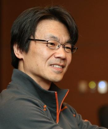 """<span class=""""fontBold"""">三谷 宏治(みたに こうじ)</span><br />1964年大阪生まれ、福井で育つ。東京大学 理学部物理学科卒業後、ボストン コンサルティング グループ(BCG)、アクセンチュアで19年半、経営コンサルタントとして働く。92年 INSEAD MBA修了。2003年から06年 アクセンチュア 戦略グループ統括。06年からは子ども・親・教員向けの教育活動に注力。現在は大学教授、著述家、講義・講演者として全国をとびまわる。K.I.T.(金沢工業大学)虎ノ門大学院 教授の他、早稲田大学ビジネススクール・女子栄養大学 客員教授。放課後NPO アフタースクール・NPO法人 3keys 理事を務める。『経営戦略全史』は「ビジネス書大賞」「HBR読者が選ぶベスト経営書1位」とビジネス書アワード2冠を獲得。永平寺ふるさと大使。3人娘の父。"""
