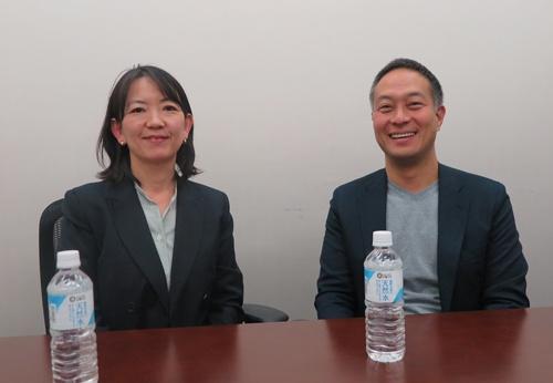 西友の竹田珠恵執行役員(左)と楽天の小森紀昭執行役員