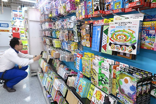 臨時休校で知育系のカードゲームなどが売れている(ヨドバシカメラ マルチメディアAkiba)