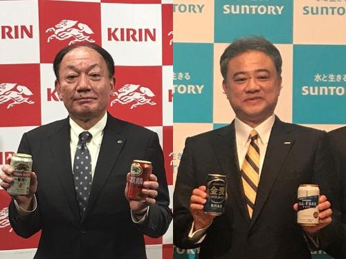 「第3のビール」の勝ち残りをかけて競う、キリンビールの布施孝之社長(左)とサントリービールの西田英一郎社長(右)