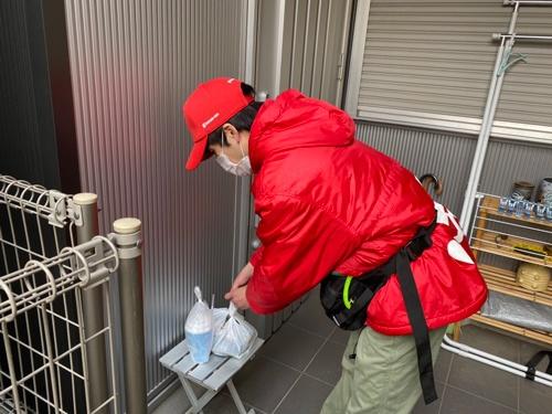「置き配」では、配達員が商品を玄関先に置いておき、後で注文した顧客が受け取る