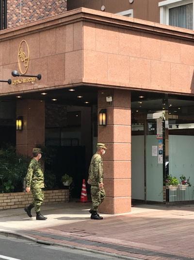 自衛隊員とみられる担当者もホテルに入っていった(7日、東京・中央)
