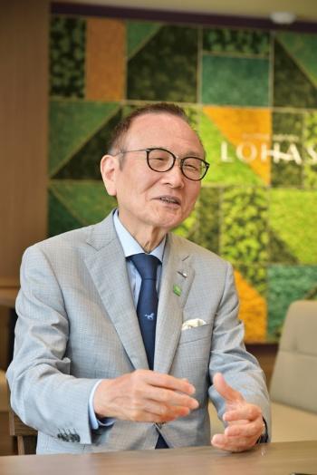 スーパーホテルの山本梁介会長。慶應義塾大学経済学部卒業後、繊維・化学品の専門商社に勤務。退社後、不動産事業に従事し、シングルマンションの管理・運営などを手掛ける。1989年にスーパーホテルを設立。96年にスーパーホテルの1号店を福岡に開業し、150店規模にまで広げた。