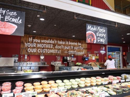 米スチュー・レオナードの売り場。「お母さんに買って帰れないものは、顧客に出すな」というメッセージを掲げるなど、ミッションを前面に打ち出す