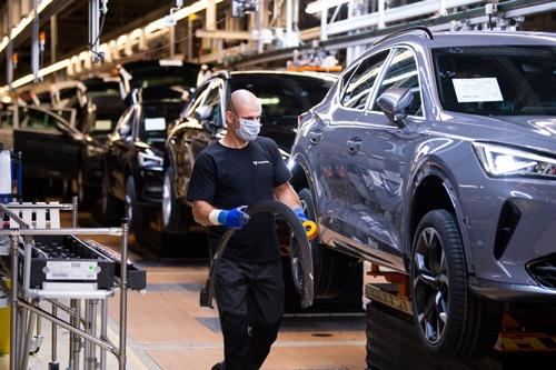 半導体不足による自動車生産への影響は世界に広がっている。写真は独フォルクスワーゲン傘下のセアトの工場(写真:David Ramos / Getty Images)