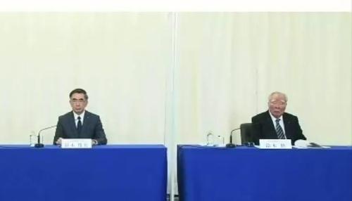 24日、オンラインでの記者会見。左は長男の鈴木俊宏社長