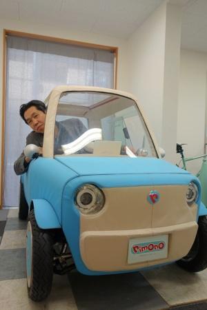 リモノのコンセプトカーに乗り込む伊藤慎介社長