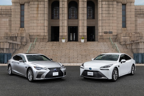 ハンズフリーの運転支援機能が搭載される新型「レクサスLS」(左)と新型「ミライ」