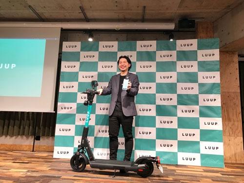 電動キックボードのシェアリングサービス開始を発表したループの岡井社長