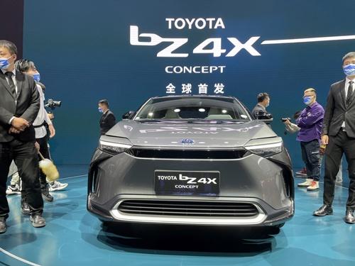 上海国際自動車ショーでトヨタが初披露した新EV「bZ4X」