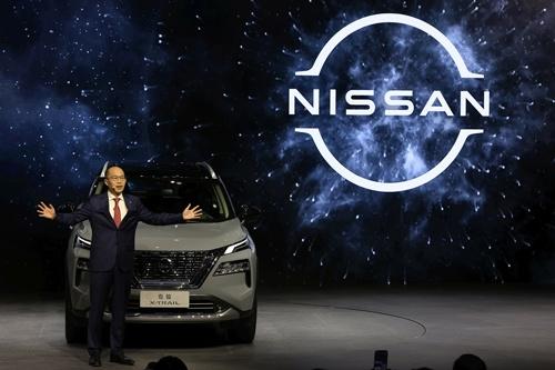 日産は2021年4月の上海モーターショーで戦略車種の新型「エクストレイル」を発表。中国市場での成否が日産の命運を握る(写真:AP/アフロ)
