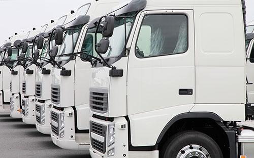 ドライバー不足に待機時間の長さ、トラックの積載率の低さ。物流分野に課題は多い(写真:PIXTA)