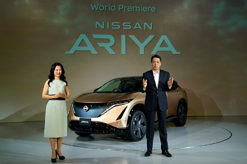 新型EV「アリア」を発表する内田誠社長兼CEO(右)