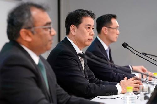 7月28日、オンラインで決算を発表した日産の内田社長(中央)