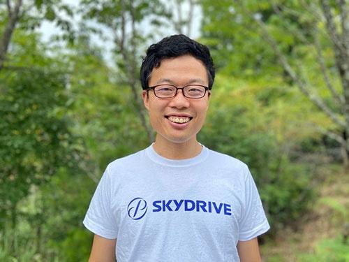 "<span class=""fontBold"">福澤知浩(ふくざわともひろ)</span><br />SkyDrive代表取締役CEO。2010年、東京大学工学部を卒業。トヨタ自動車に入社し自動車部品のグローバル調達に従事。17年に独立し、製造業の経営コンサルティング会社を設立。18年、SkyDriveを創業、代表に就任。"