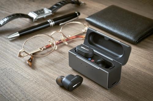 シャープが発表した補聴器「メディカルリスニングプラグ」