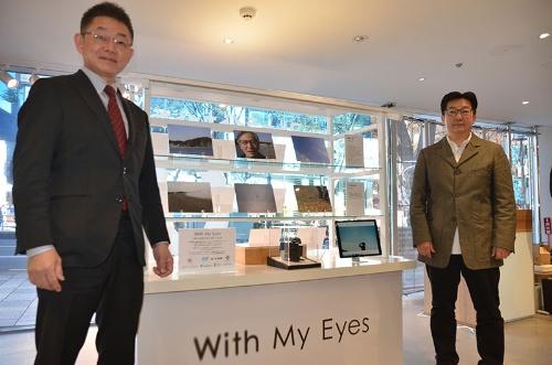 Zoff原宿店で開催中の「With My Eyes」プロジェクトの写真展。写真左がQDレーザの菅原充社長