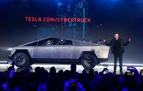 テスラが発表したピックアップトラック型EV「サイバートラック」(写真:AP/アフロ)