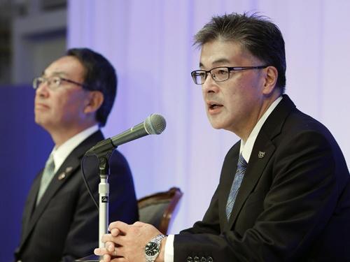 パナソニックは11月13日、津賀一宏氏(写真左)から楠見雄規氏(右)への社長交代人事を発表した(写真:共同通信)