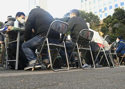 2020年の年末、東京・池袋で非正規労働者の支援団体が開いた生活や住まいに関する相談会(写真:共同通信)