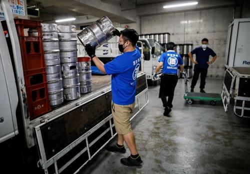 飲食店での酒類提供の再開に備える卸売店(写真:ロイター/アフロ)