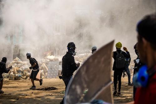 3月14日のヤンゴン。抗議運動は全国各地で続いているが、国軍の弾圧により犠牲者も増え続けている。市民団体によれば、14日は少なくとも74人が弾圧の犠牲となった。(写真:AP/アフロ)