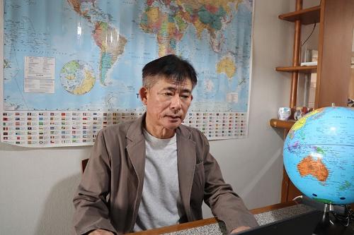 "<span class=""fontBold"">井本勝幸[いもと・かつゆき]氏</span><br>日本経済大学特命教授、日本ミャンマー未来会議代表。1964年生まれ、福岡市出身。東京農業大学、立正大学卒。学生時代からソマリア、タイ、カンボジアなどで難民支援に関わり、28歳で出家。2008年に軍政下のミャンマーに入り支援活動を実施。2011年以降は少数民族武装勢力が支配するエリアに単独で入り、主要な少数民族武装勢力が参加する「統一民族連邦評議会(UNFC))」を創設。政府と少数民族武装勢力との全土停戦に貢献した。少数民族地域で農業事業を手掛ける一方、2012年から旧日本軍兵士の遺骨収集事業を開始。2018年に日本ミャンマー未来会議を発足させる。"