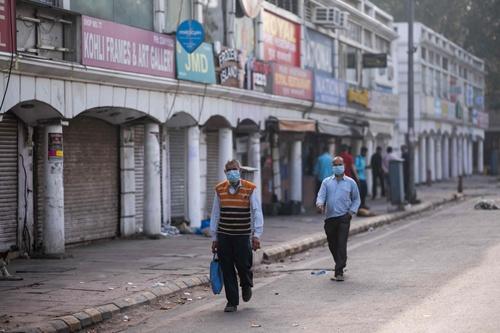 23日、インドは大部分のエリアでロックダウンに踏み切り、生活必需品を販売する店舗などを除き、企業は業務を停止している。写真は首都ニューデリー。(写真:AFP/アフロ)