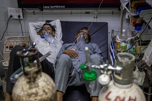 ニューデリーの病院にある救急病棟で手当てを受ける新型コロナ患者。感染者数の急増で病床の不足が深刻化している。(写真:ロイター/アフロ)