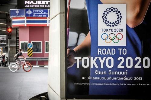 タイの首都バンコクの街角で2020年5月に撮影された東京五輪のポスター。現在、こうしたポスターを見かけることはほとんどない(写真:AFP/アフロ)