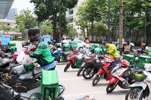 タイのショッピングモール前に並ぶフードデリバリーのバイク。黄色いジャケットを着ているのがゴジェックのドライバー。