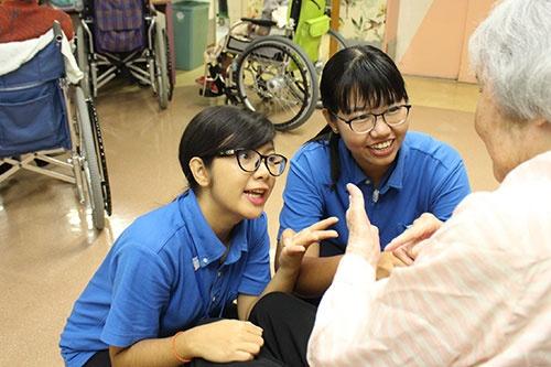 日本の介護施設で働くミャンマーの技能実習生(2019年撮影)