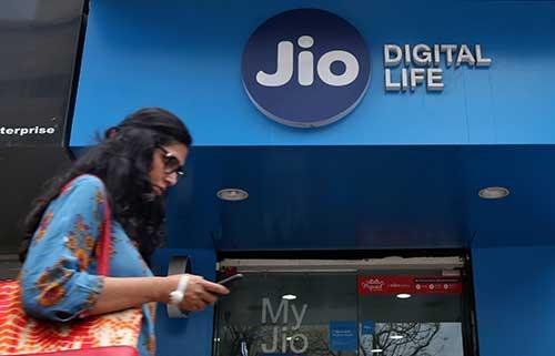 インド大手財閥リライアンス・インダストリーズ傘下の通信会社ジオ・プラットフォームズは、インドの厳しい価格競争を制して事業を急拡大させた。世界第2位の人口を抱える巨大市場での成長を見越して、同社には米国デジタル関連企業の投資が殺到している(写真:ロイター/アフロ)