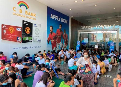 今年2月のクーデター以降、ミャンマーの金融は混乱し、市中では現金不足が深刻化した。通貨チャットは急落し、米ドルも不足している(写真:AP/アフロ)