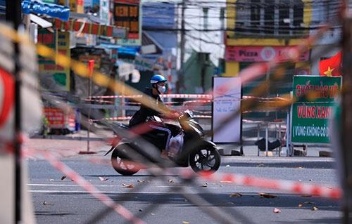 新型コロナの感染が急拡大したベトナムのホーチミンでは通りのあちこちが封鎖された。ただ感染のピークは越え、足元では新型コロナと共存する道を探る。(写真:AP/アフロ)