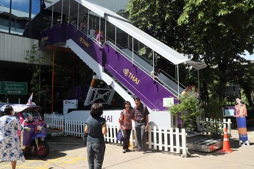 タイ国際航空本社の食堂前に設置されたタラップ。多くの一般客が記念撮影をしている