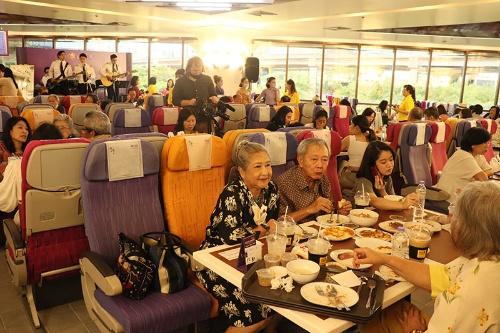 食堂では航空機の座席で機内食が味わえる