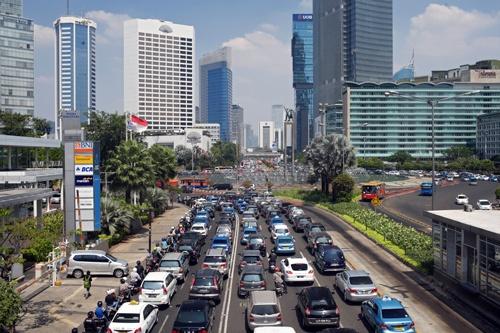 現代自動車はインドネシアで電池からEVまで手掛ける計画だ。写真はジャカルタ市内(写真:アフロ)