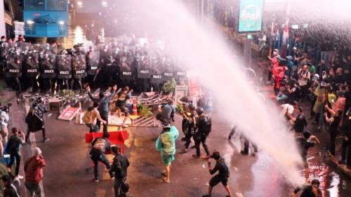 10月16日夜、警察はバンコク都心で開かれた反体制集会の強制排除に乗り出した