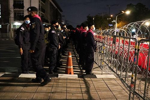 21日夜、首相府にいたる道路でデモ隊を待ち受ける警察