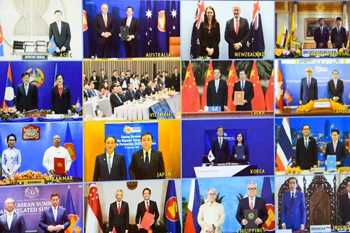 RCEP首脳会合がテレビ会議を通じて開かれ、15カ国が協定に署名した(写真:AAP/アフロ)