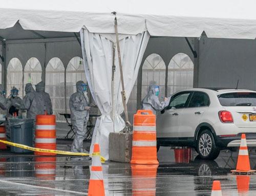 ニューヨーク州ニューロシェルに設置されたドライブスルー式の新型コロナウイルス検査施設(写真:Pacific Press / Getty Images)