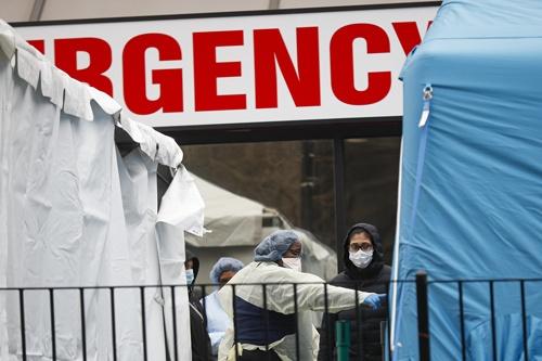 ニューヨーク市内の病院に設置された新型コロナウイルスの検査施設で指示を送る医療従事者(写真:AP/アフロ)