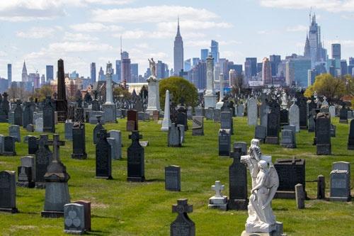 新型コロナウイルスの感染爆発で墓地不足も懸念されるニューヨーク(写真:AP/アフロ)