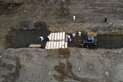 4月9日に撮影されたハートアイランドでの埋葬の様子(写真:AP/アフロ)