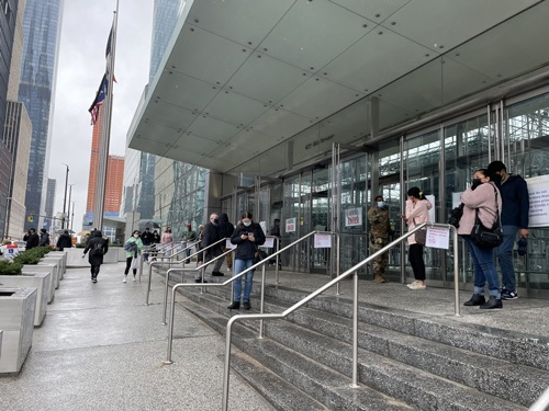 マンハッタンにあるジェイコブ・ジャビッツ・コンベンションセンターは、ニューヨーク州が提供する特設ワクチン接種会場の1つ