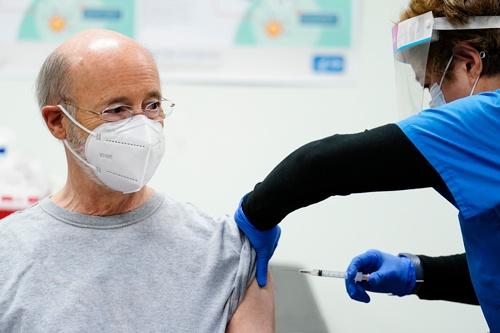 モデルナのワクチン接種を受けるペンシルバニア州のトム・ウルフ知事(写真:AP/アフロ)